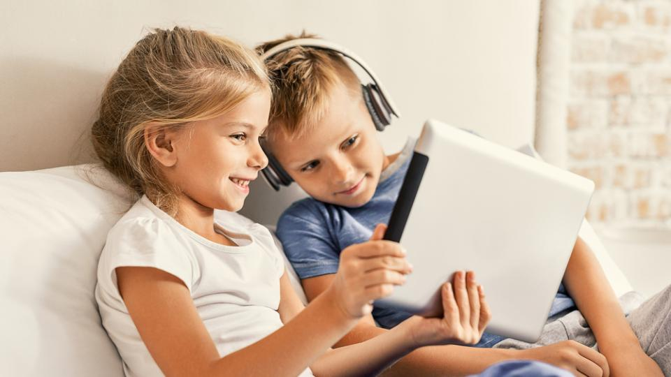 kids with ipad